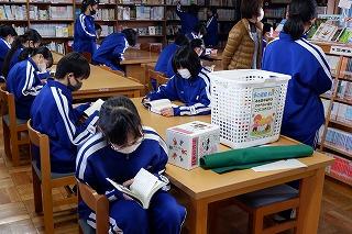 1月 図書室での読書風景